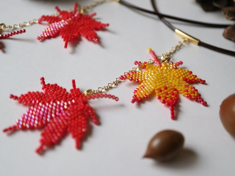 Iroha Autumn Leaves Necklace Vermilion / Red Yellow Autumn Maple Irohamomiji Iroha Autumn Leaves Fallen Leaves Autumn Vivid Delicate Bead Stitch Pendant Mountain Forest Forest Landscape Travel