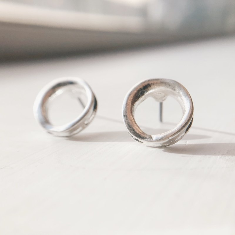 Distressed thick small circle - old silver ear earrings (pair) [can be changed ear clip]
