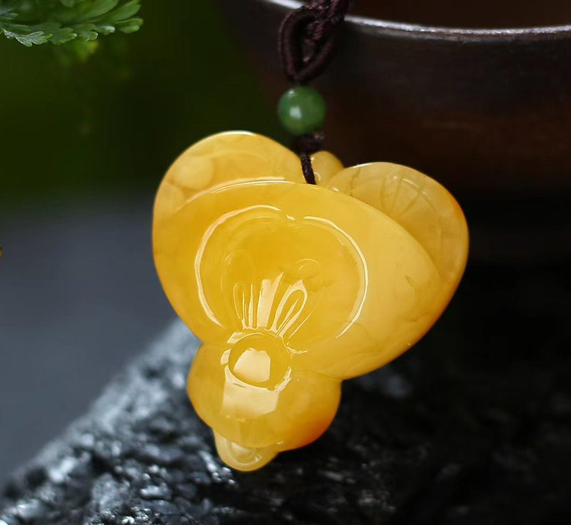 [Welfare price] boutique natural raw ore Russian material beeswax Mickey Mouse Mickey pendant / with high-grade braided rope
