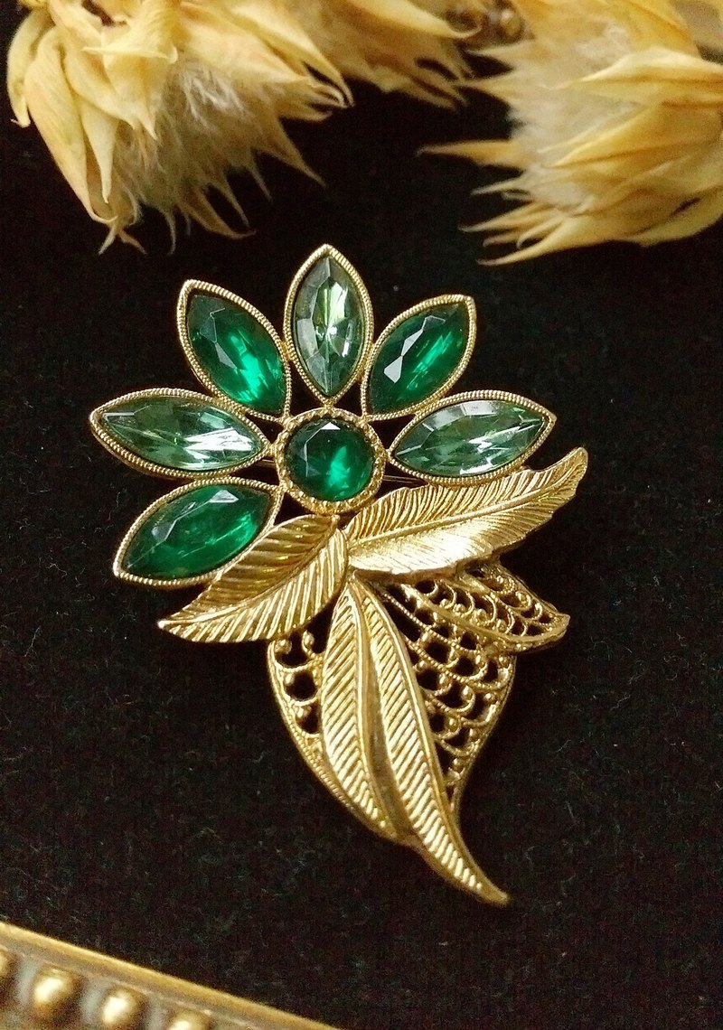 [Western antique jewelry / old age] 1928 beautiful green rhinestone flower gold leaf pin