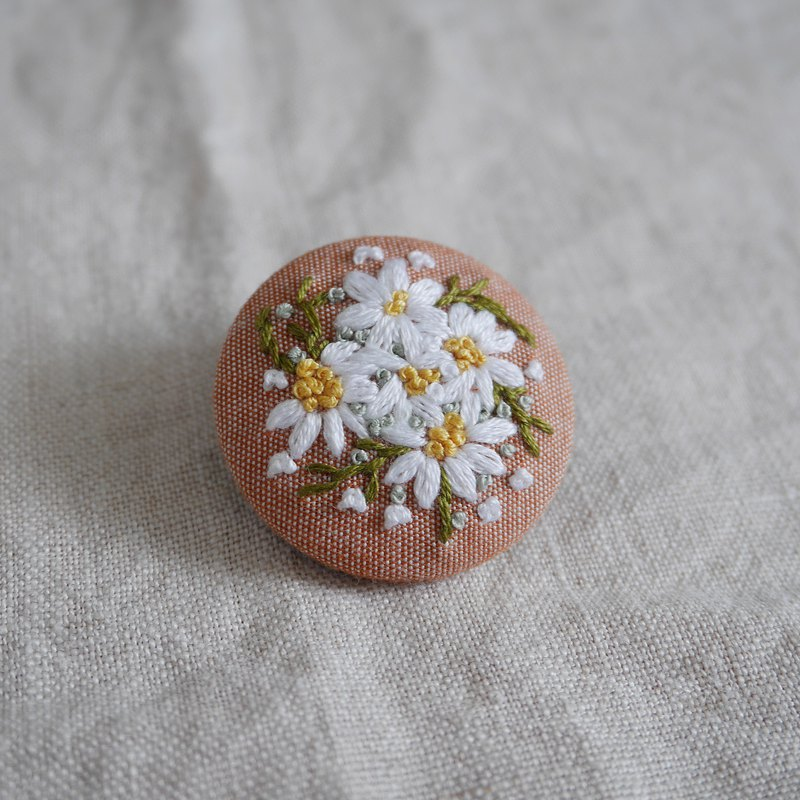 Hand-embroidered brooch daisy bouquet