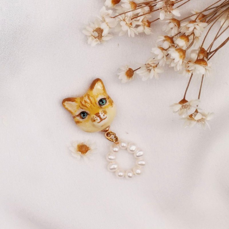 Cat and pearls | A pair of  Earrings or Earclips