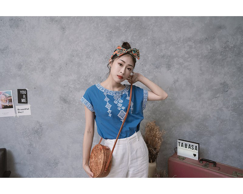 TABASA Japanese ethnic embroidery totem top blue x white