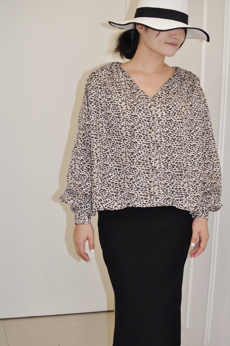 Flat 135 X Taiwan designer series autumn and winter must-have leopard fabric V-neck shirt top