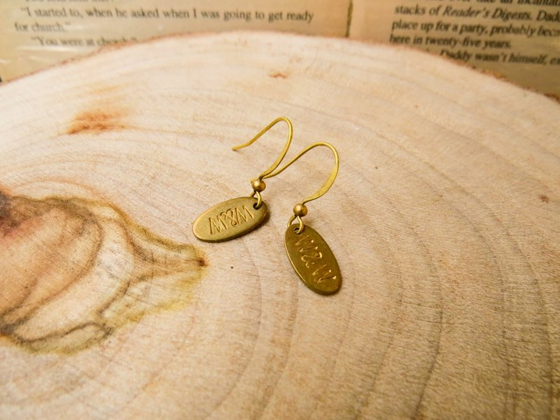 brass tag custom earrings (oval, 1 to 3 words)