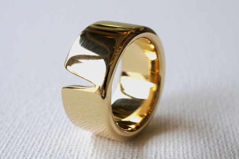 Wide pointed ring