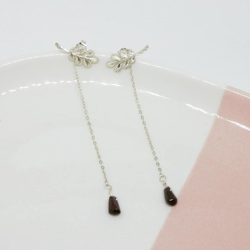 temperament engraving leaves earrings with garnet SV925