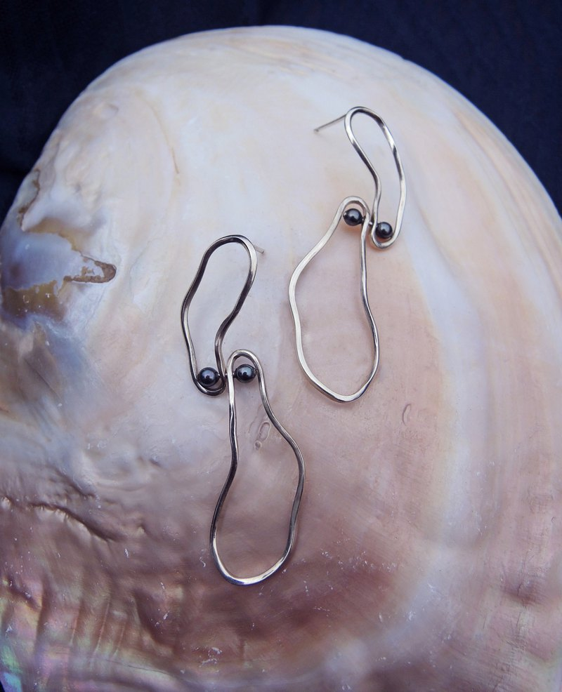 Structural pearl earrings