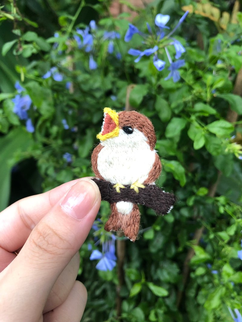Tree sparrow, young bird, wild bird, embroidered brooch