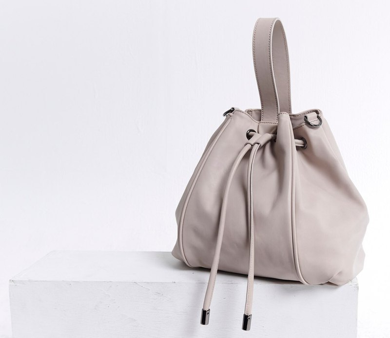 Pleated beam mouth, shoulder strap, dual-use bag, apricot