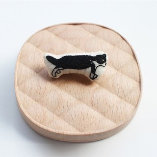 Illustration embroidery brooch a new kitten | sako studio