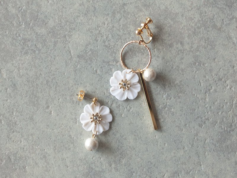 Earrings with hoops and flowers / white
