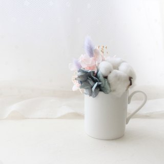 Small fresh cherry powder milk mini table flower, white cotton coffee cup, dry flower ceremony