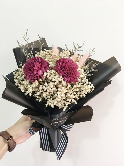 Mysterious personality, bouquet of baby's breath, dry bouquet