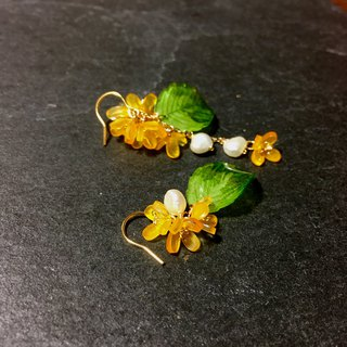 【Miniature House】 Golden Wood Rhinoceros. Osmanthus flower earrings. Hand made Japanese resin floral ornament. 18KGP/asymmetric earrings. Natural Pearl Earrings / Stud Earrings / Ear Clips / No Piercing Applicable