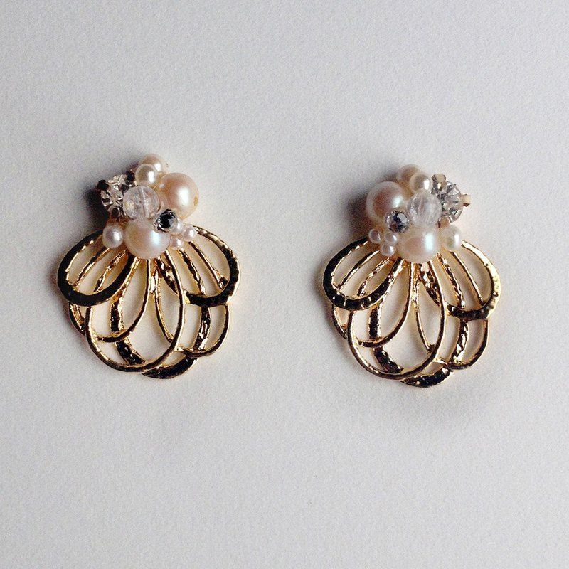14kgf Vintage Pearl Metal Flower Shower Earrings