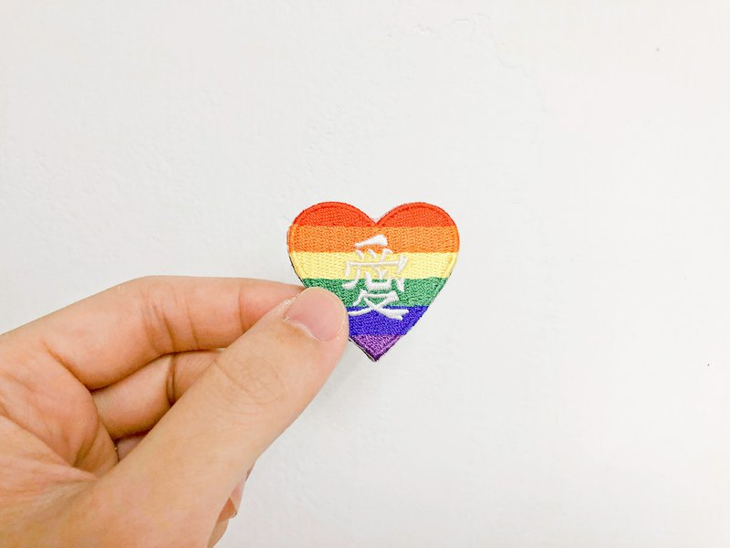 A rainbow heart embroidered pin hot stamp that loves me.