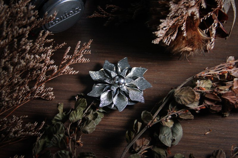 [Antique jewelry / Western old] classical silver flower shape silk scarf clip antique brooch vintage