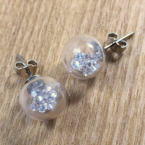 Silver earring with white crystal glass blowing.