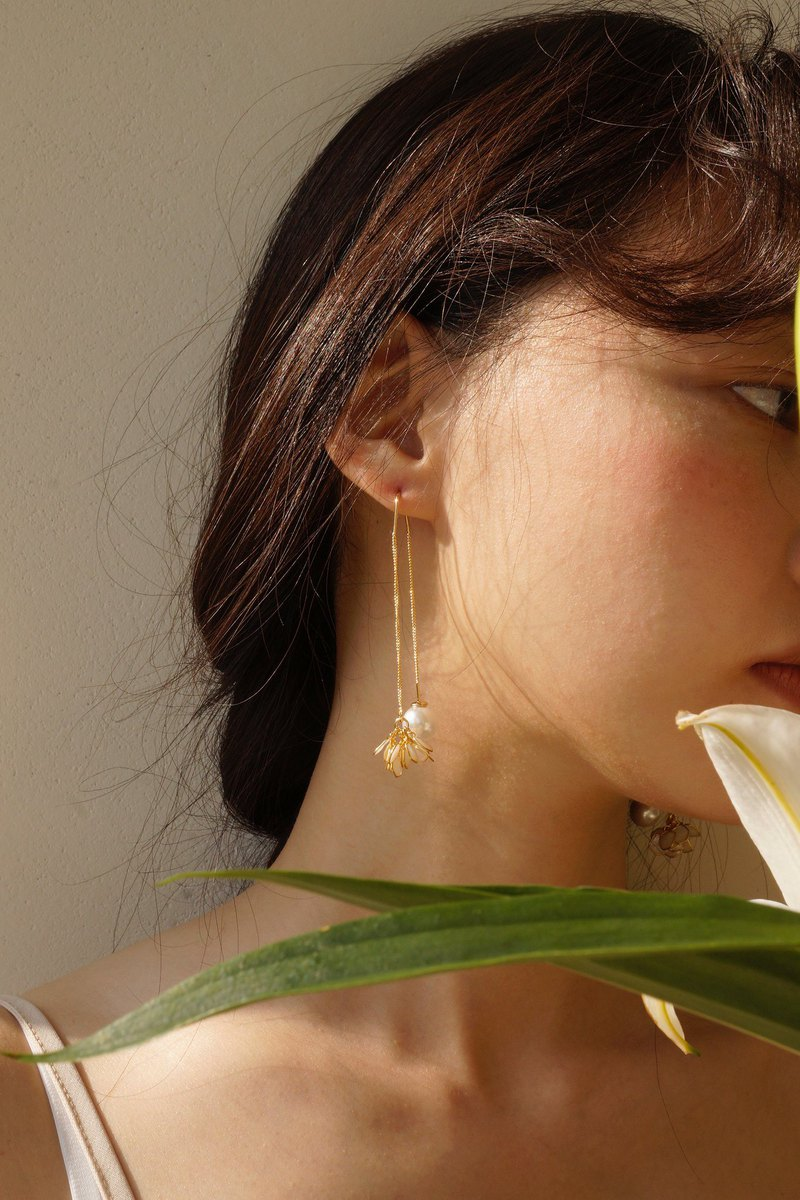Free pearl flower earrings / ear clips