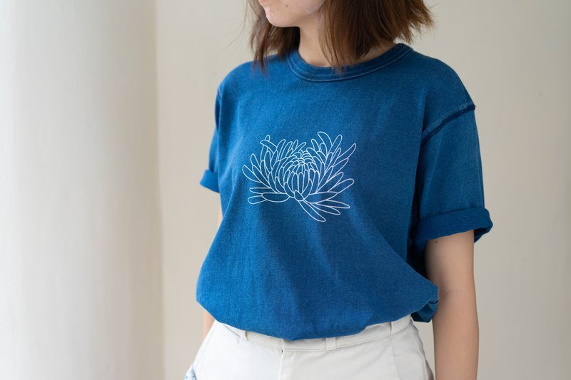 Natural plant blue dyed washed chrysanthemum silk screen T-shirt (light blue)