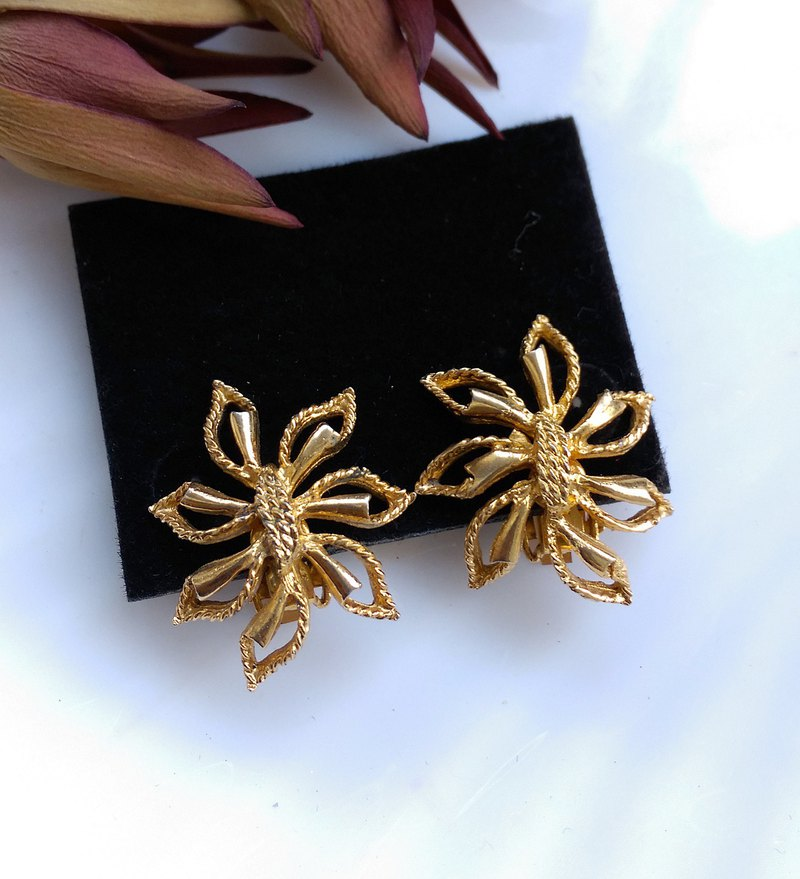 [Western antique jewelry / old age] hollow metal flower clip earrings