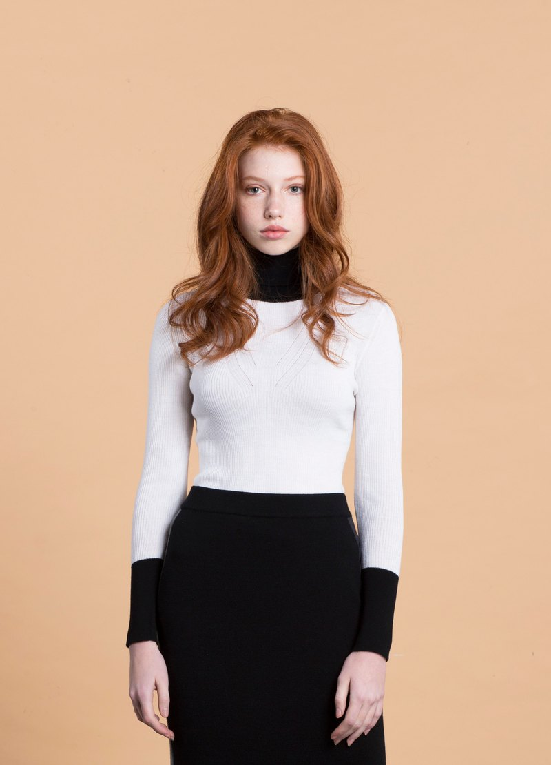 Fine woven ribbed color matching high collar knit inner / white