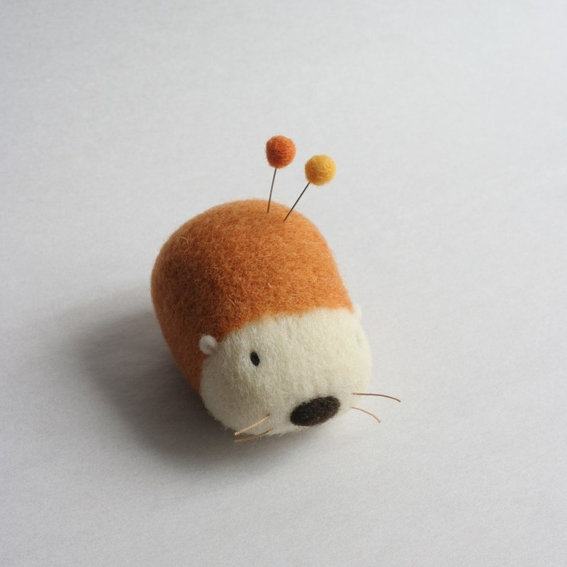 Wool hedgehog pin cushion (red fox)