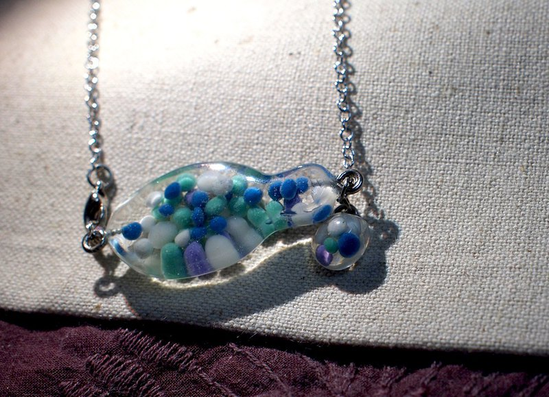Fish swim _ transparent resin _ necklace _ cute route _ fish swimming in the chest _ blue and white point 1