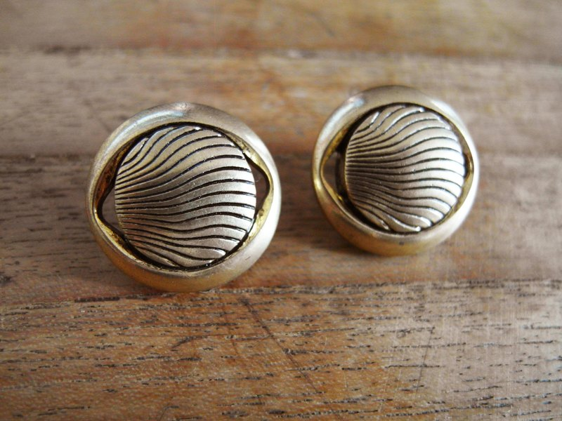 Time Travel【vintage handmade clip earrings:Gold berry】