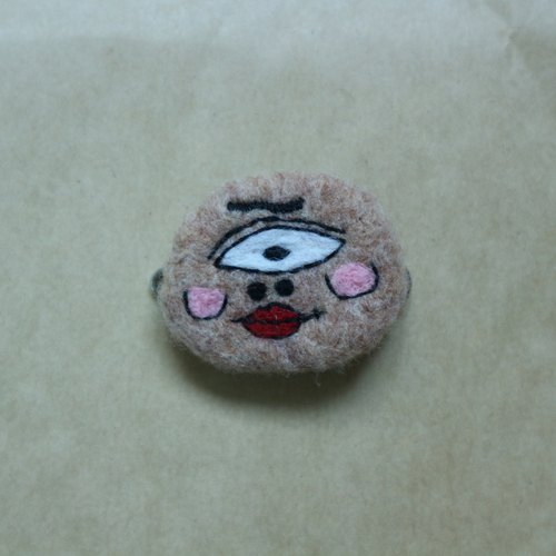 However, a single eyelid double ugly eyelashes wool felt brooch