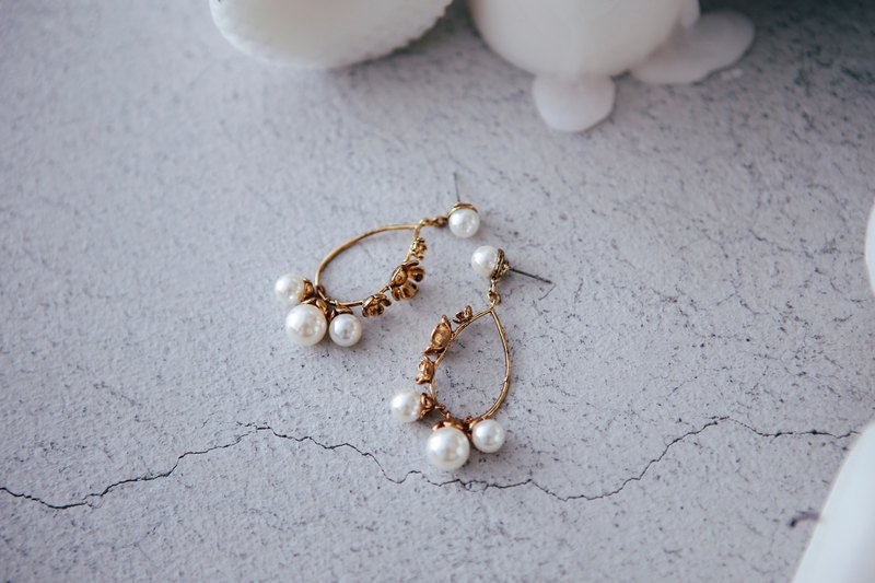 COR-DATE / Carved dangling pearl earrings