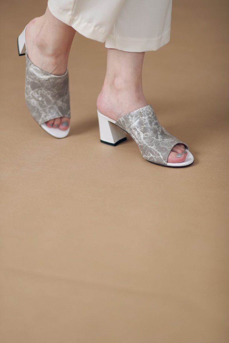 Smooth surface Marble exposed toe dragged with thick leather sandals gray brown