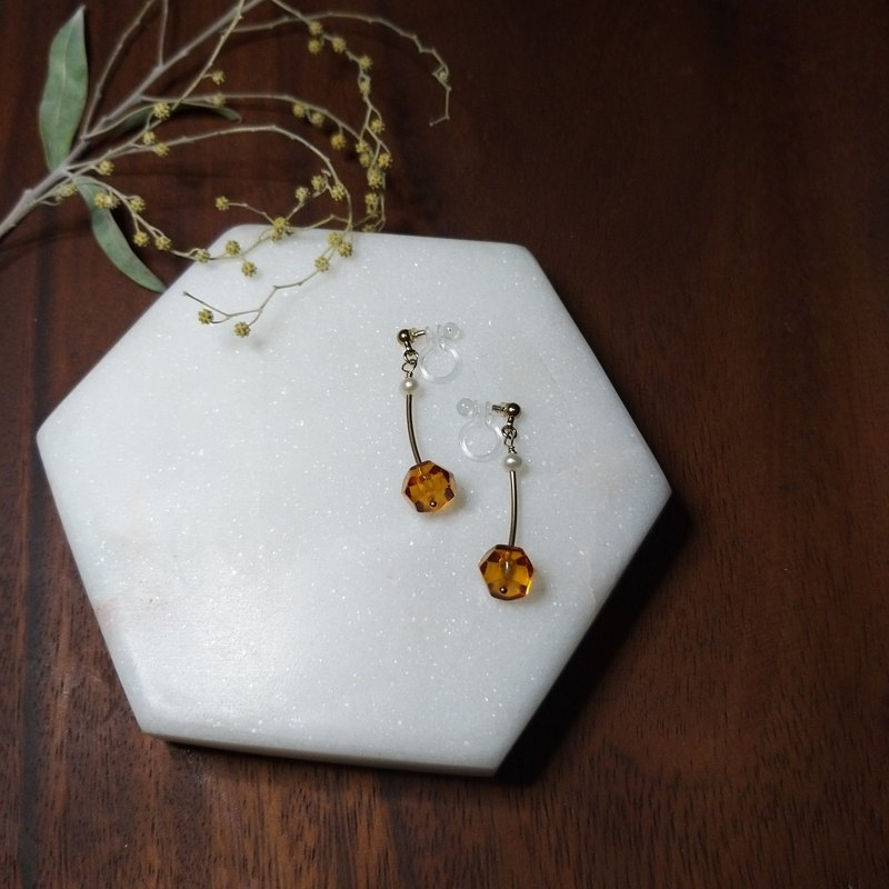 Cherry Ancient Love: Baltic Amber with Pearl Dangling Ear Clip(14k g.f./Resin)