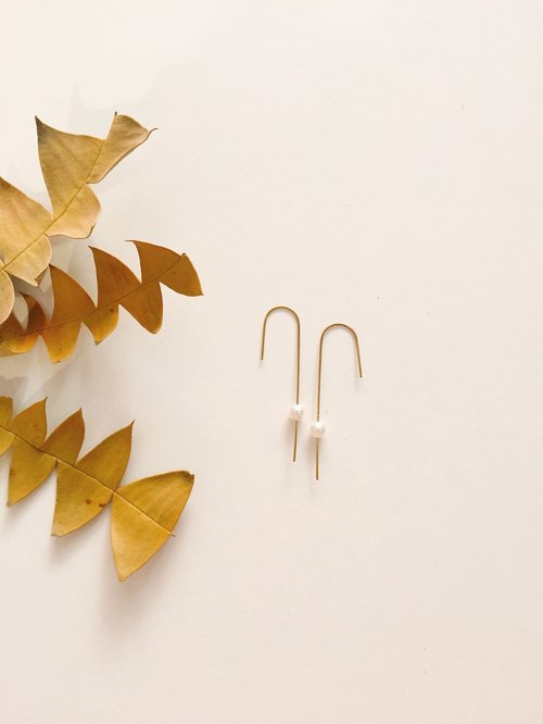 Brass U-shaped pearl long earrings