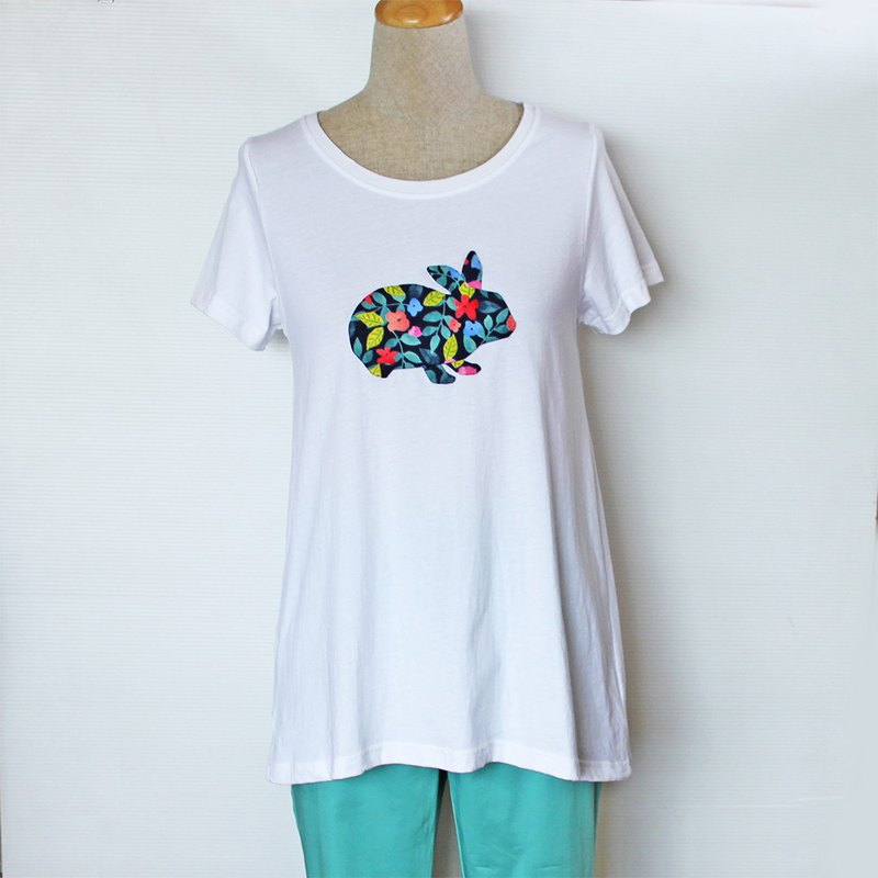 Flower cloth collage rabbit micro long version short sleeve T-shirt (white)