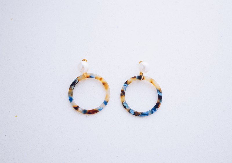 Streamer - pearl marble double circle earrings