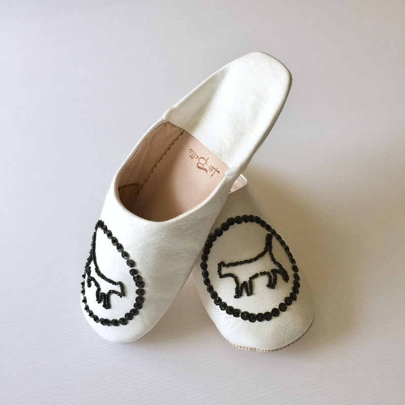 Beautiful embroidery babush gut cat white