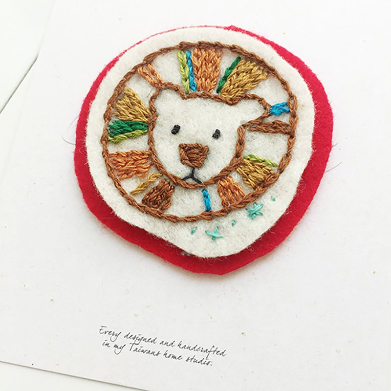 Cha mimi。手工刺繡 Love embroidery!-別針x彩色獅子