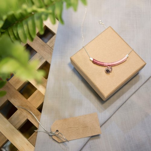 YuThing | Smiley Curve Floss Silver Necklace (gradient red)