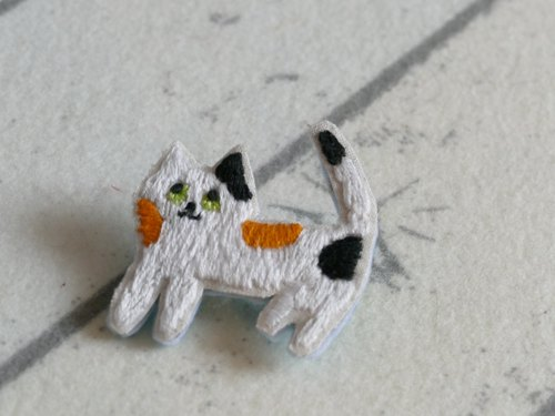 Embroidery brooch cat tricolored cat
