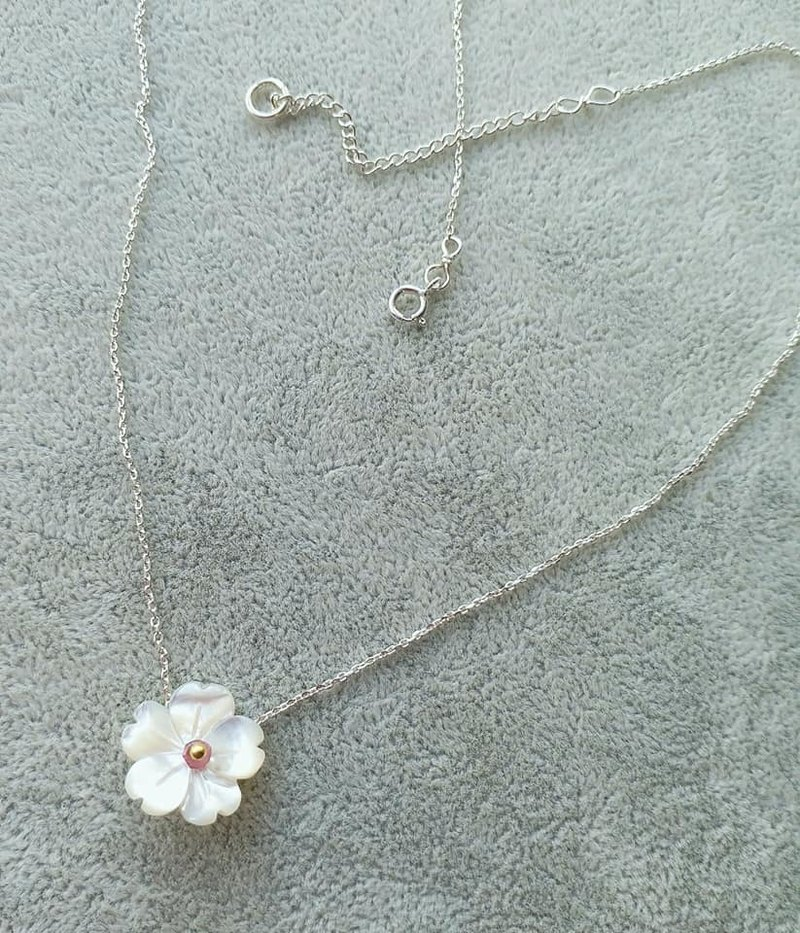 貝母櫻花, 小粉色碧茜扁珠, 925 純銀鎖骨鍊 Flower shape mother pearl, small tourmaline 925 silver necklace