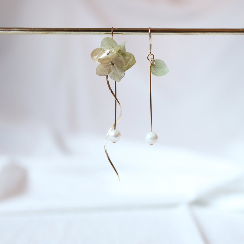 Hydrangea Pickup Three Flower Balls and Freshwater Pearl New Edition (Spring Green) Dry Flower Earrings