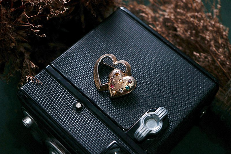 [Antique jewelry/Western old pieces] VINTAGE EMMOS double heart classical vintage golden brooch