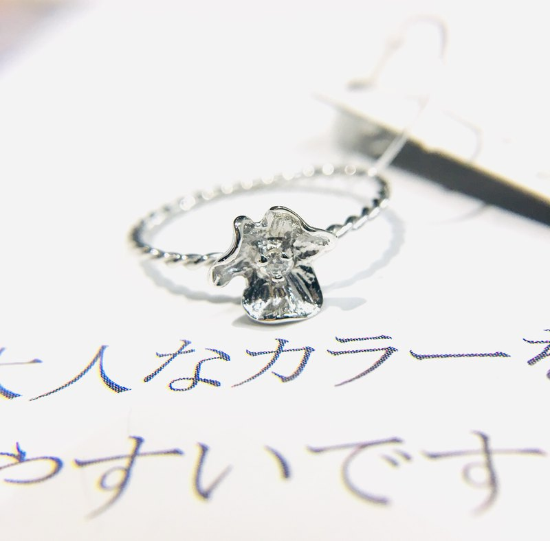 kaza. Small flower ring in sterling silver. Made in Japan. Decoration
