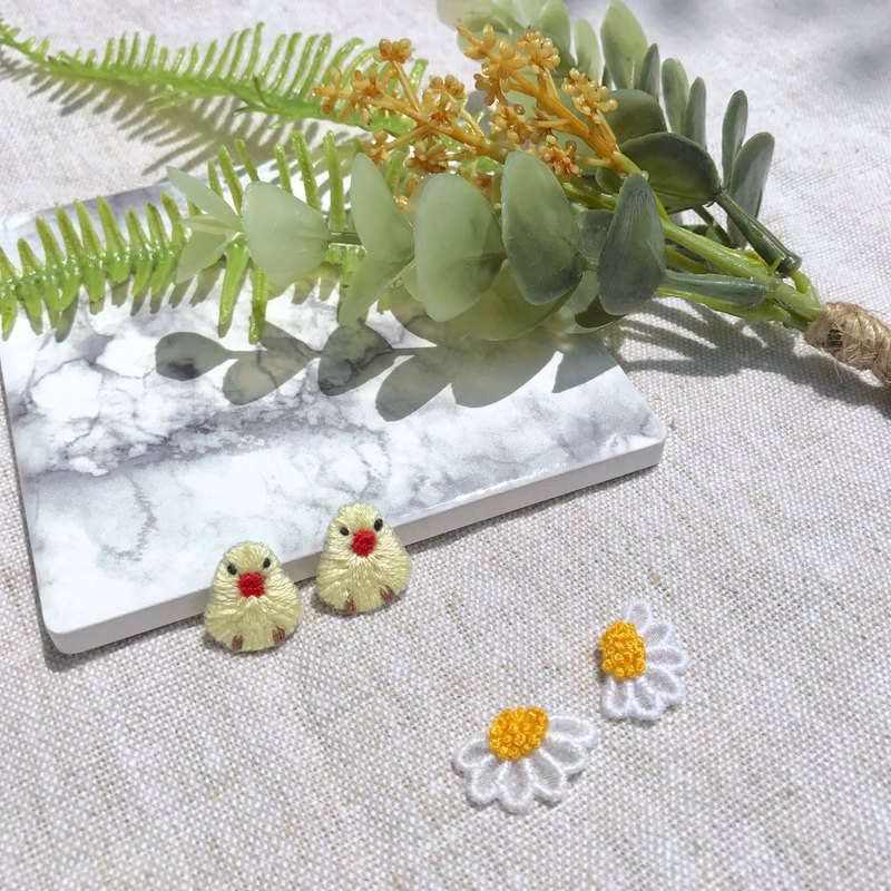 Handmade embroidery / / Daisy translucent earrings / / can be changed clip