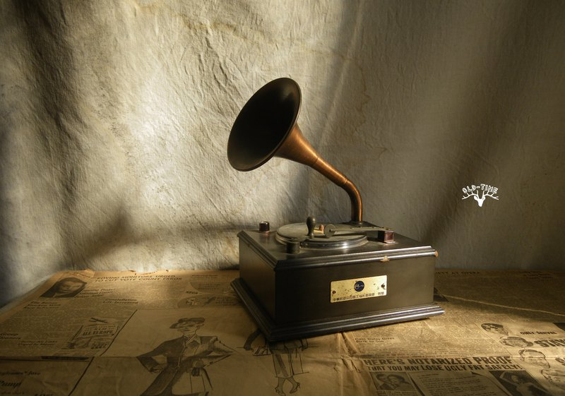 [OLD TIME] Early Taiwan-made gramophone-shaped radio