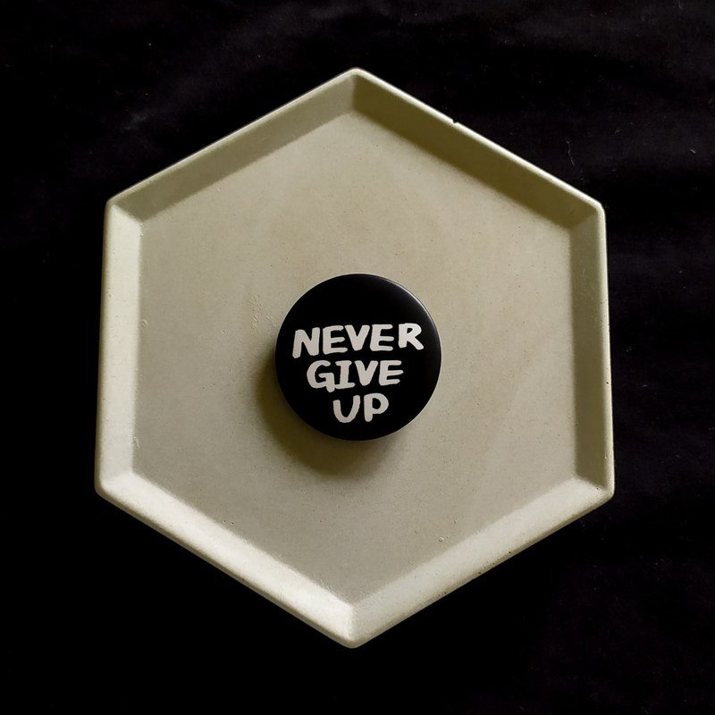 3.2cm badge _ black _NEVER GIVE UP (never give up)