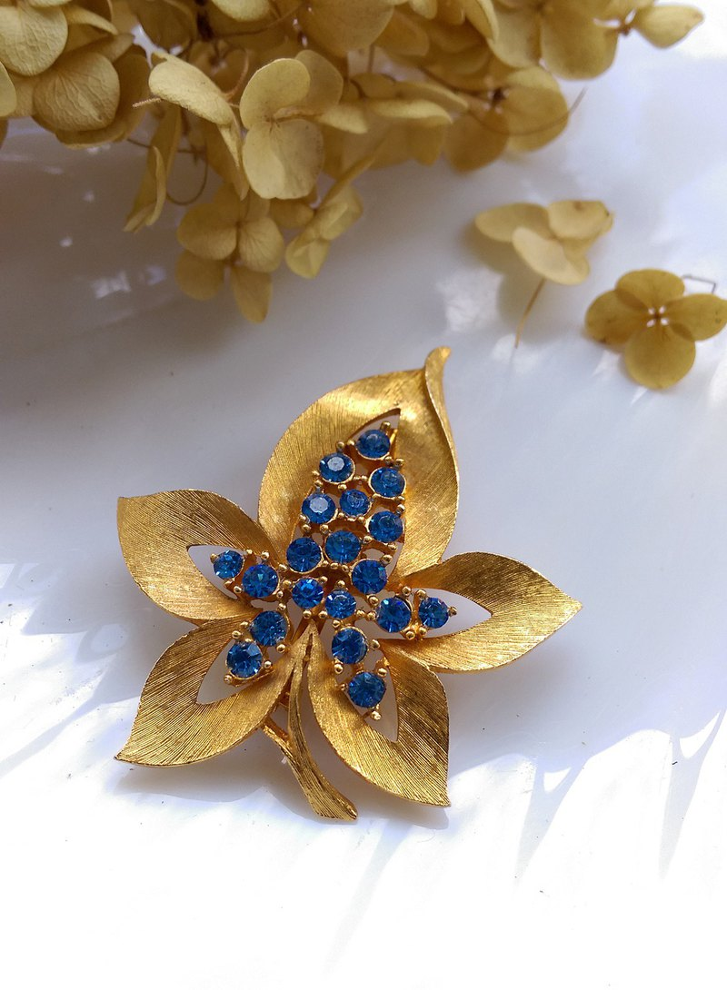 [Western antique jewelry / old age] JJ blue diamond maple leaf pin