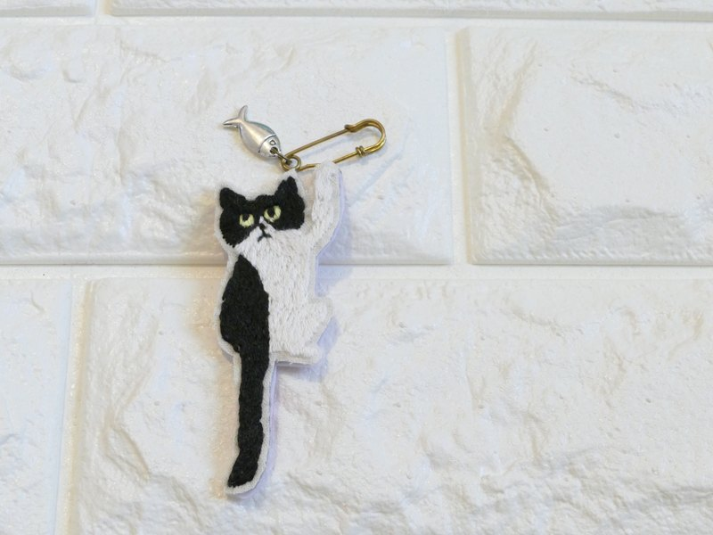 Embroidery brooch bicolor cat and fish